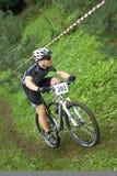 CORREDOR de la bici de montaña MTB XC Imagenes de archivo