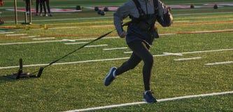 Corredor de la High School secundaria que tira de un trineo wieghted Imagen de archivo