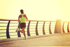 Corredor de la mujer de la aptitud que corre en la playa Fotos de archivo libres de regalías