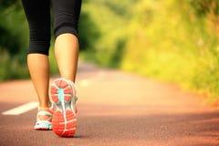 Corredor de la mujer de la aptitud que corre en rastro Imagen de archivo
