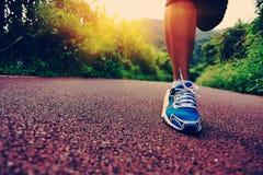 Corredor de la mujer de la aptitud que corre en rastro Imagen de archivo libre de regalías