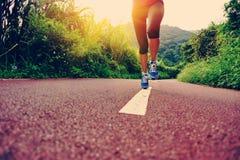 Corredor de la mujer de la aptitud que corre en rastro Imagenes de archivo