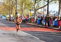 Corredor de la mujer en el maratón 2012 de Londres Foto de archivo
