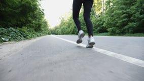 Corredor de la mujer que corre en el camino abierto en campo almacen de metraje de vídeo