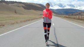 Corredor de la mujer que corre en el camino abierto en campo 20s 4k almacen de metraje de vídeo