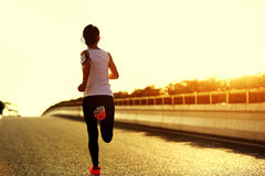 corredor de la mujer que corre en el camino de ciudad Foto de archivo libre de regalías