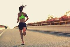 Corredor de la mujer que corre en el camino del puente de la ciudad fotos de archivo libres de regalías