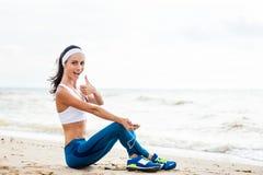 Corredor de la mujer que corre en la playa foto de archivo libre de regalías