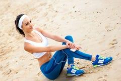 Corredor de la mujer que corre en la playa foto de archivo