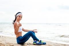 Corredor de la mujer que corre en la playa fotografía de archivo
