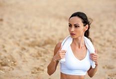 Corredor de la mujer que corre en la playa fotos de archivo libres de regalías