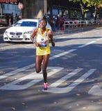 Corredor de maratón del Kenyan Helah Kiprop que funciona con a Berlin Marathon 2013 Imagenes de archivo
