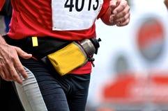 Corredor de maratón con la botella Fotos de archivo