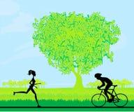 corredor de maratona e raça do ciclista Foto de Stock