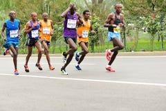 Corredor de maratona que corre na estrada de cidade Fotos de Stock