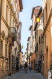 Corredor de Montepulciano Toscânia com turistas imagens de stock