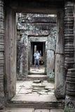 Corredor de pedra em Camboja fotografia de stock royalty free