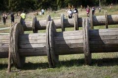 Corredor de raça enlameado do obstáculo na ação Corrida da lama imagem de stock royalty free