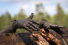 Corredor de raça enlameado do obstáculo na ação Corrida da lama fotografia de stock