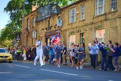 Corredor de relé olímpico da tocha, Headingley, Leeds, Reino Unido Imagem de Stock