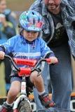Corredor de sexo femenino joven de la bicicleta durante el acontecimiento de Cycloross Foto de archivo libre de regalías