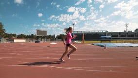 Corredor de vallas femenino profesional durante el entrenamiento almacen de video