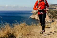 Corredor del atleta que corre a lo largo de orilla de mar Fotos de archivo