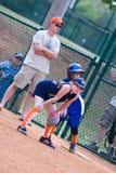 Corredor del beísbol con pelota blanda de las muchachas encendido primero Imágenes de archivo libres de regalías