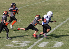 corredor del fútbol de la juventud 11u en la línea de yardas 30 Fotos de archivo