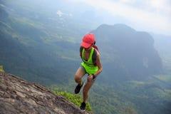 Corredor del rastro de la mujer que corre en el top de la montaña fotos de archivo libres de regalías
