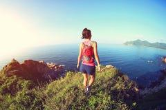 Corredor del rastro de la mujer que corre en la montaña de la playa Imagen de archivo libre de regalías