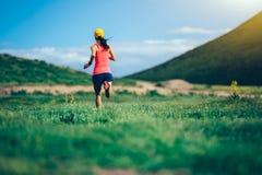 corredor del rastro de la mujer que corre en montañas Imagen de archivo libre de regalías