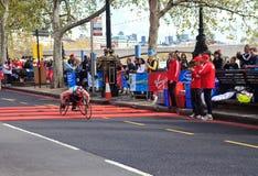 Corredor del sillón de ruedas en el 32do maratón de Londres Imagen de archivo libre de regalías