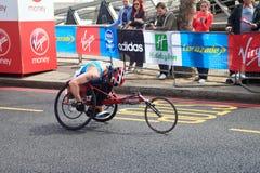 Corredor del sillón de ruedas en el maratón 2012 de Londres Foto de archivo