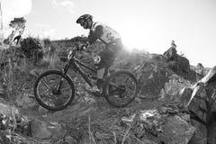 Corredor desconocido en la competencia de la bici de montaña Imagen de archivo