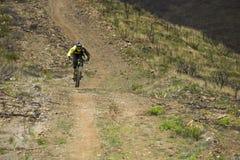 Corredor desconocido en la competencia de la bici de montaña Imagen de archivo libre de regalías