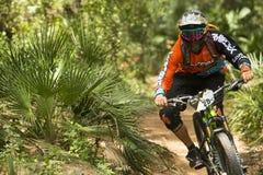 Corredor desconocido en la competencia de la bici de montaña Imágenes de archivo libres de regalías