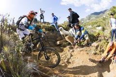 Corredor desconocido en la competencia de la bici de montaña Foto de archivo libre de regalías