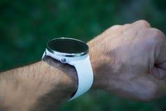 Corredor do atleta que verifica a cardio- ou frequência cardíaca atual no smartwatch dos esportes fotos de stock royalty free