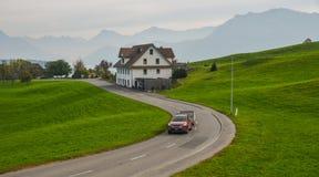 Corredor do carro na estrada rural foto de stock