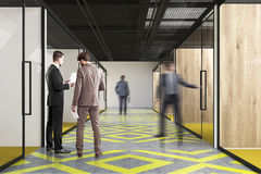 Corredor do escritório, amarelo e cinzento, povos Fotos de Stock Royalty Free