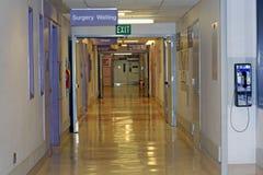 Corredor do hospital, espera da cirurgia imagem de stock