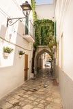 Corredor e arco no centro histórico de Fasano Itália imagens de stock