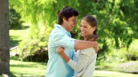 Corredor e então abraço de sorriso da mulher de seu noivo video estoque