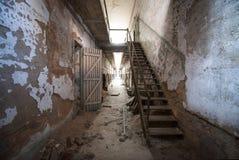Corredor e escadas dilapidados na penitenciária oriental do estado Fotos de Stock Royalty Free