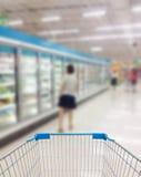 Corredor e prateleiras do supermercado em obscuro Imagem de Stock