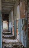 Corredor em uma construção velha arruinada imagens de stock royalty free