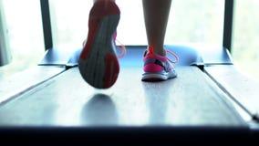 Corredor em uma escada rolante, close-up do pé filme