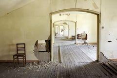 Corredor em uma escola abandonada Fotografia de Stock Royalty Free