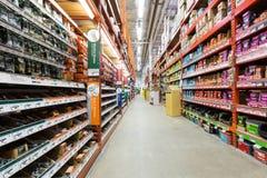 Corredor em uma loja de ferragens de Home Depot Fotografia de Stock Royalty Free